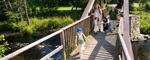 Familie beim Wandern, Symbolbild Familienurlaub Hotel Oberhof