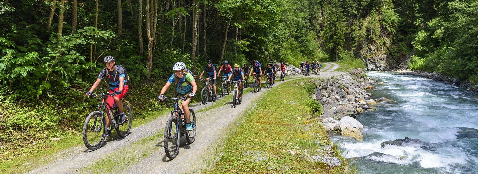 Gruppe Mountainbiker im Wald | Symbolbild | Oberhof Hotel Urlaub im Thüringenschanze